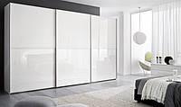 Белый глянцевый шкаф-купе со скрытыми направляющими и разделительными планками