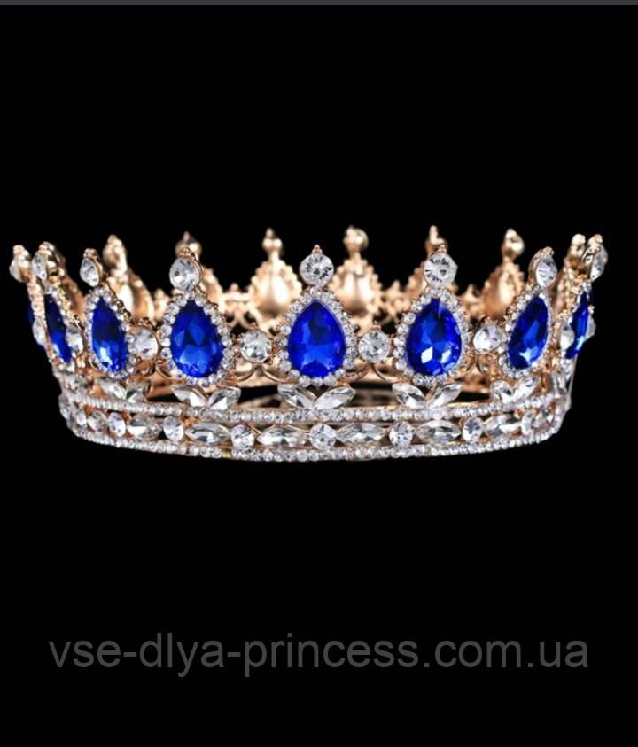 Круглая корона в золоте с синими камнями,  высота 5,5 см.