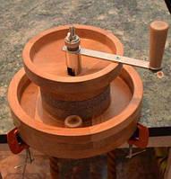 Бытовая мини мельница для зерна, муки ручная / мукомолка