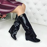 Стильные демисезонные сапоги черного цвета в стиле известного бренда
