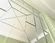 Зеркальное панно в интерьере помещения.