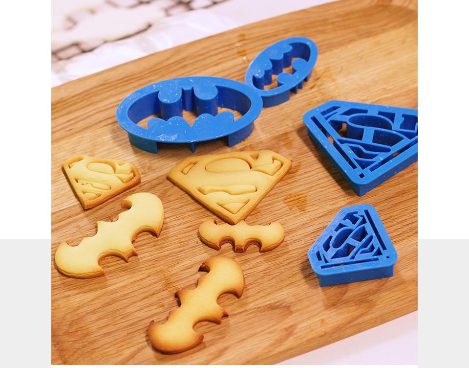 Форма для печенья: Знаки Супермена и Бэтмена!