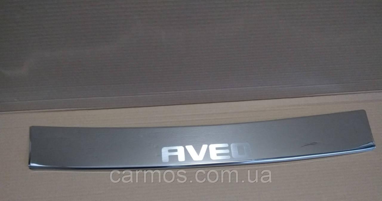 Накладка на задній бампер Chevrolet Aveo SD (шевроле авео) з загином і логотипом, нерж.