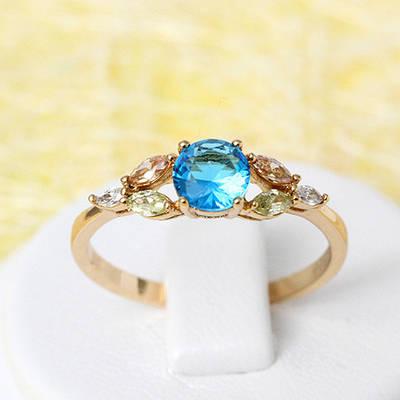 002-2121 -Позолоченное кольцо с ярко-голубым, шампаневыми, яблочно-зелёными и прозрачными фианитами,17 р.