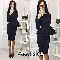 Черное трикотажное платье с двойной баской