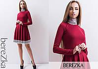 Приталенное трикотажное платье с кружевом
