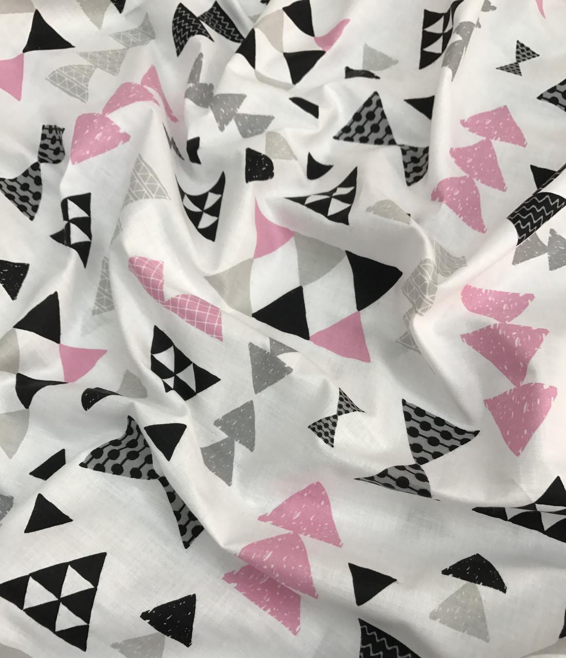 Хлопковая ткань польская шлифованная треугольники мелкие черно-розовые на белом №485