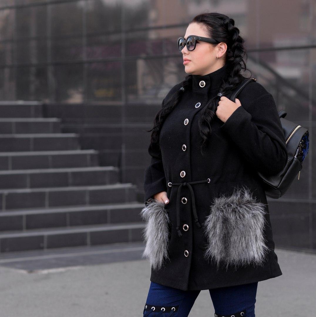 Женское батальное пальто с меховыми карманами r-1015134