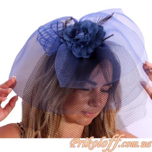 Синяя шляпка с большой черной вуалью, на заколке