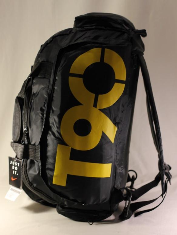 44d0e9e551a7 Удобная и вместительная спортивная сумка - трансформер Nike T90 станет  незаменимым помощником для энергичных людей, которых не удержать на  домашнем диване.