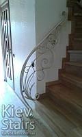 Белые кованые перила с золотой патиной на винтовую лестницу