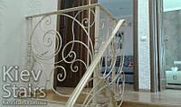 Кованое ограждение лестницы в доме с золотой патиной на винтовую лестницу