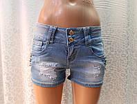 Короткие женские шорты с декоративными пуговками на передних карманах