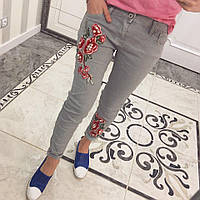 Зауженные джинсы с цветочной аппликацией p-6297SH