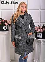 Модное пальто женское букле больших размеров с мехом чернобурки на карманах