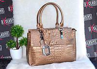Кожаная сумка Chloe в золотистом цвете с текстурой кожи крокодила.