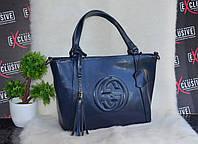 Синяя женская кожаная сумка Гучи.