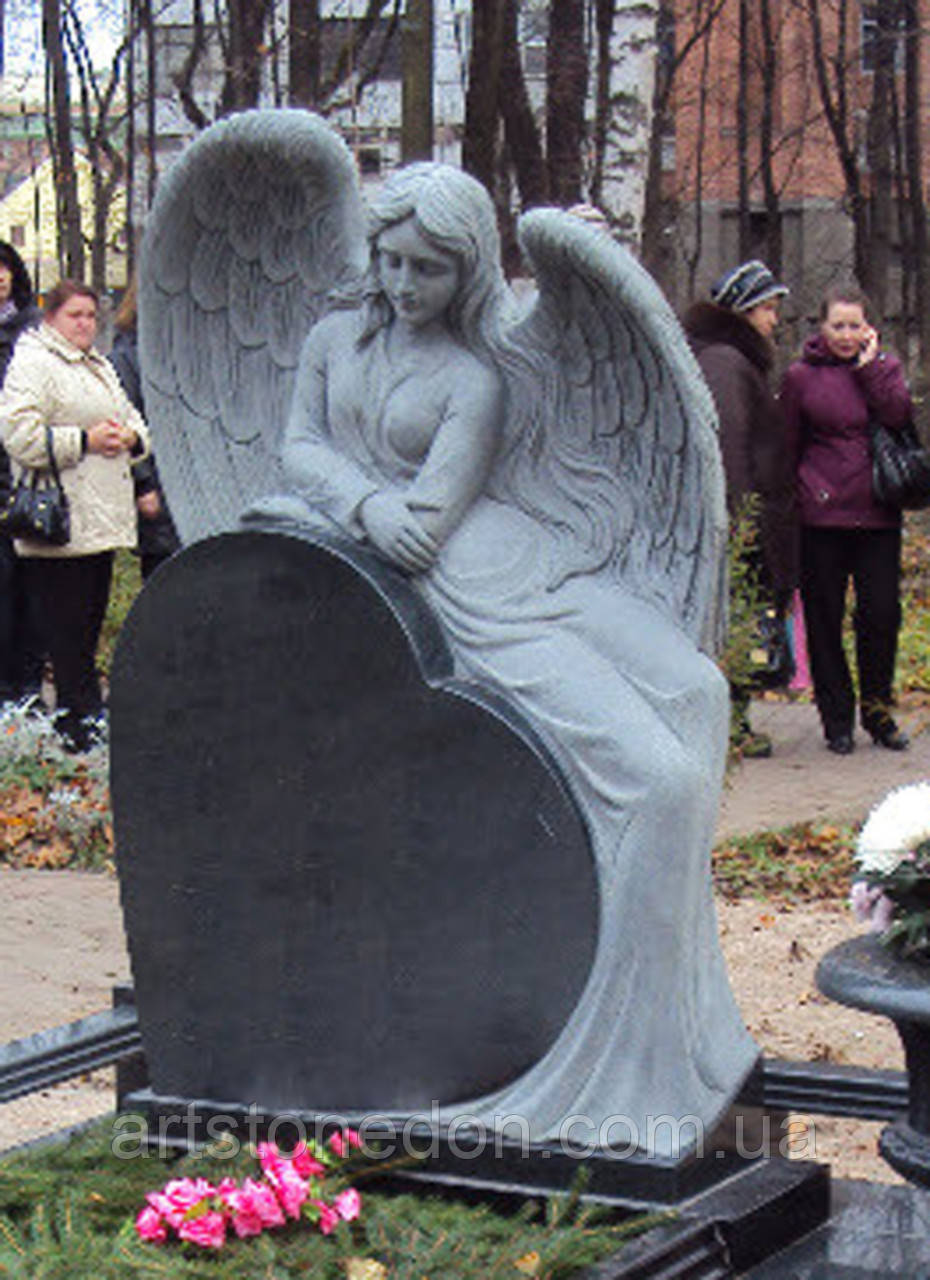 Памятник Ангел из гранита с сердцем