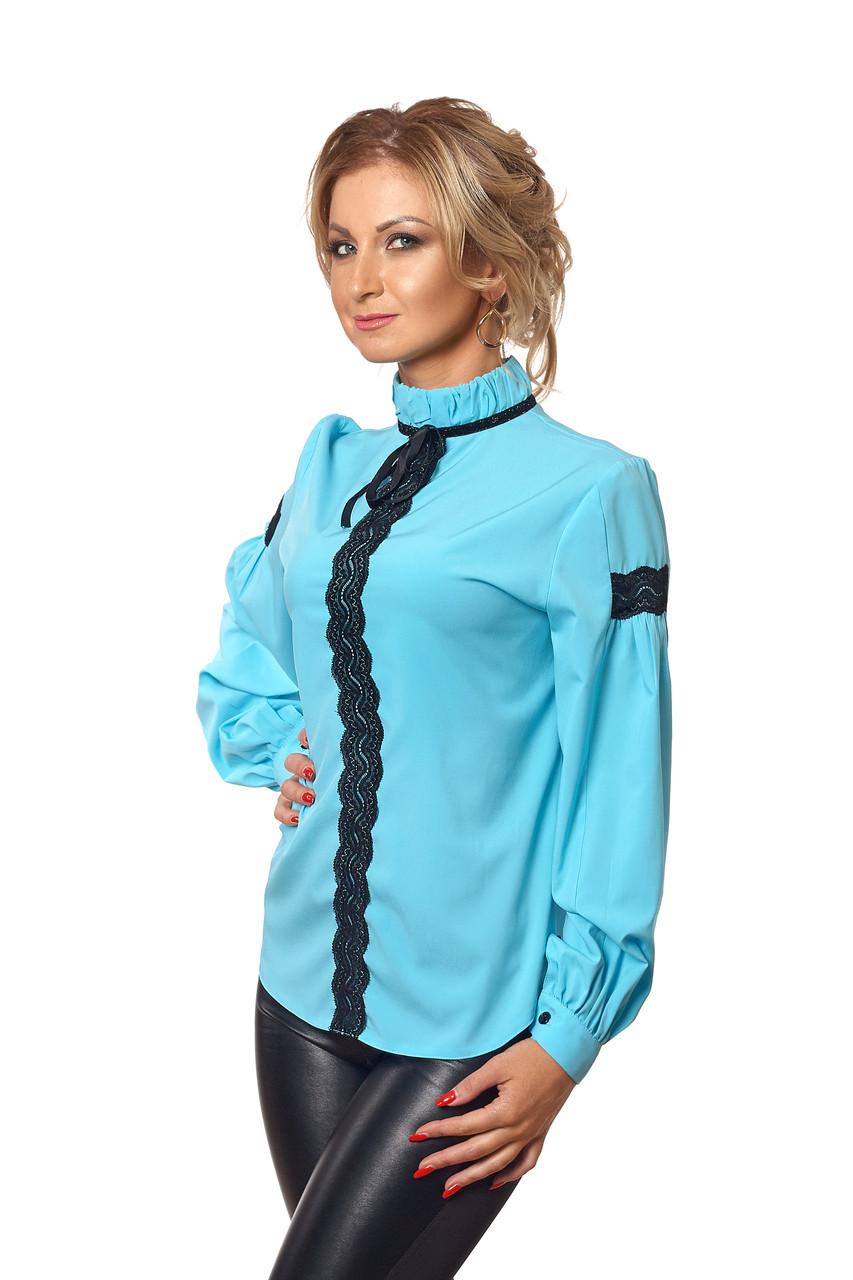 Блуза с черным кружевом голубая