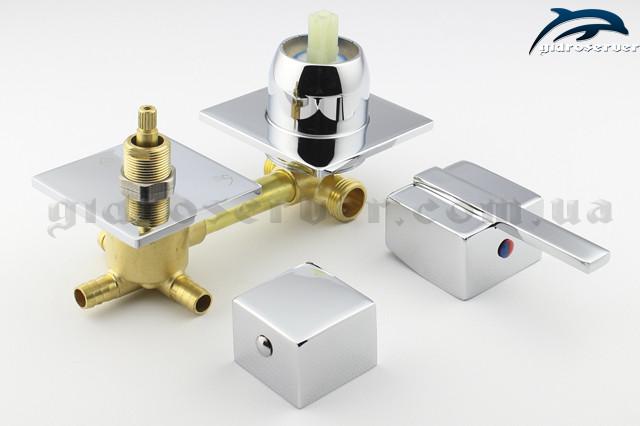 Вид снизу смесителя SK 3 ― 100 мм с квадратными декоративными шайбами и ручками кранов.