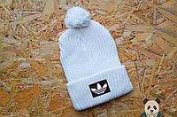 Уникальная белая шапка зимняя Адидас, вязаная шапка с бубоном
