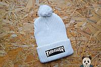 Стильная зимняя белая шапка Трашер, Thrasher шапка с бубоном