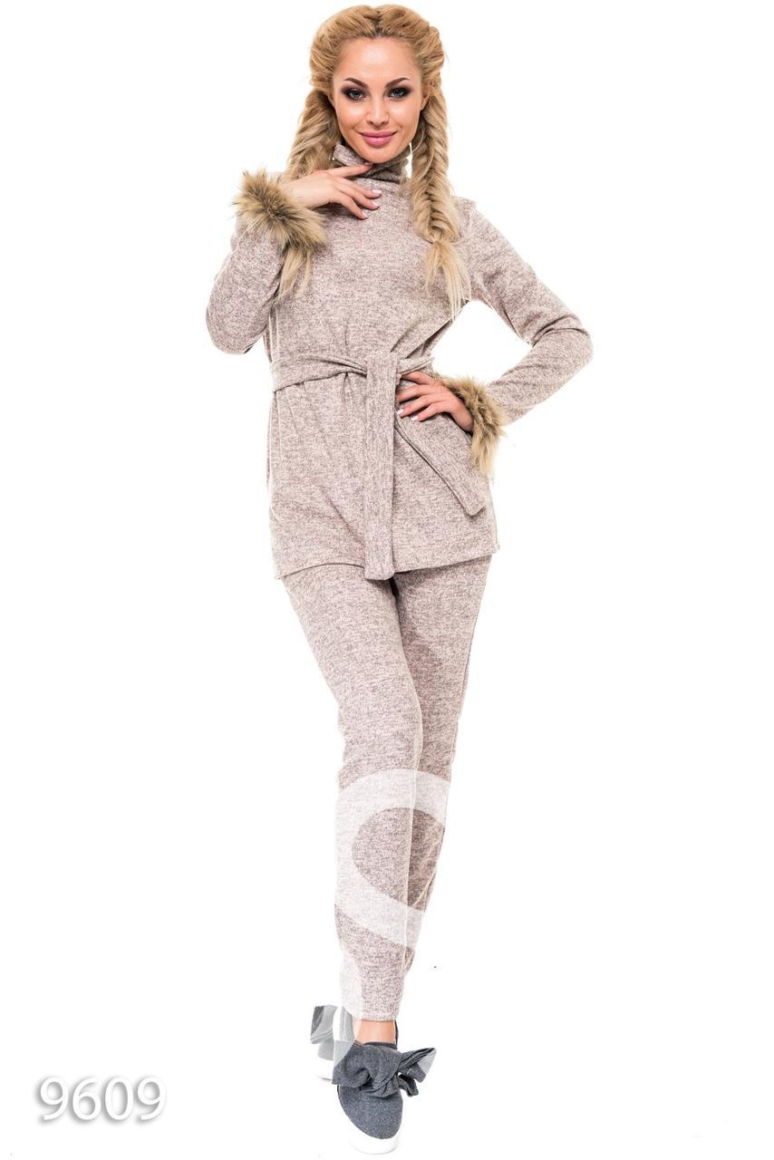Бежевый брючный костюм с батником под пояс и меховыми манжетами - Стильная  женская одежда оптом и 675b98c2b1105