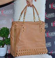 Вместительная бежевая сумка с заклепками.