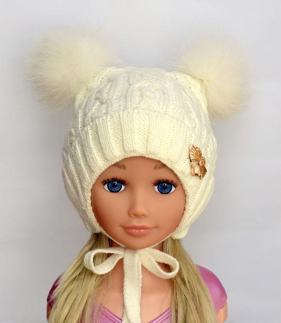 Зимняя шапка для девочки с двумя красивыми помпонами