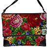 Небольшая женская сумка с цветочным принтом.