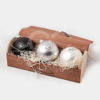 Новогодний подарочный набор из трех елочных шаров  в коробке из гибкого шпона., фото 1