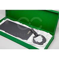 Набор для путешествий в коробке из дизайнерского картона с атласной ленточкой.