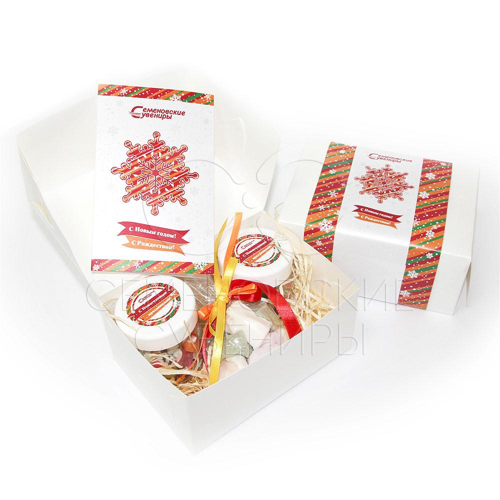 Новогодний подарочный набор со сладостями.
