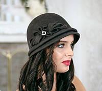 Фетровая шляпка с двумя складками с цветочной композицией