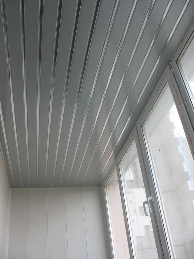 Реечный подвесной алюминиевый потолок: серый металлик с зеркальной хромовой вставкой