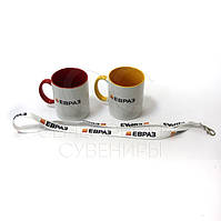 Чашки и шнурки для бейджей с логотипом.