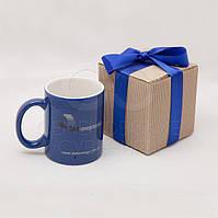 Брендированная чашка с логотипом в подарочной коробке с атласной лентой.