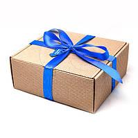 Подарочная коробка из микрогофрокартона с атласной лентой.