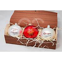Набор из 3-х новогодних шариков в подарочной коробке из гибкого шпона.
