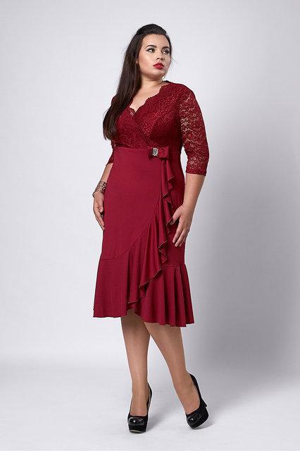 Элегантное женское платье с декольте на запах бордового цвета.