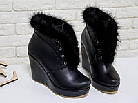 Оригинальные женские Ботинки на высокой танкетке, обтянутой натуральной кожей черного цвета, украшены натуральным мехом норки, на шнуровке, Коллекция