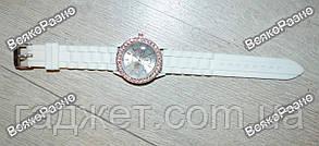 Женские часы Geneva со стразами белого цвета, фото 2