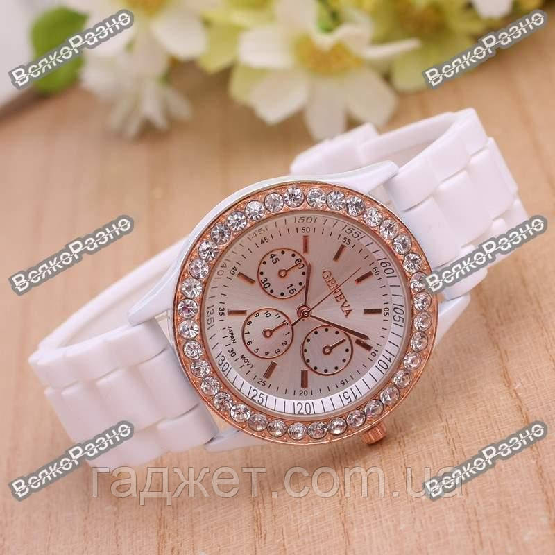 Женские часы Geneva со стразами белого цвета