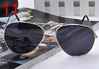 Солнцезащитные очки с черными линзами в серебряной оправе Aviator
