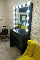 Гримерное зеркало и рабочее место визажиста для салона красоты.