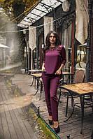 Красивый  женский  брючный костюм с ассиметричной блузой с гипюром