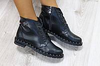 Стильные кожаные ботинки черного цвета с заклепками на подошве