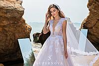 Прелестное свадебное платье карамельного цвета с мягким лифом и пышной юбкой-шлейф