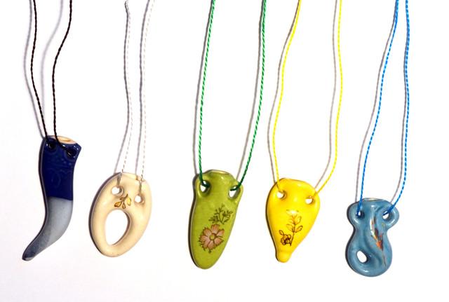 Оригинальные аромакулоны / аромамедальоны на разноцветных шелковых шнурках