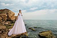 Восхитительное свадебное платье карамельного цвета на кокетке с длинными рукавами и юбкой-шлейф